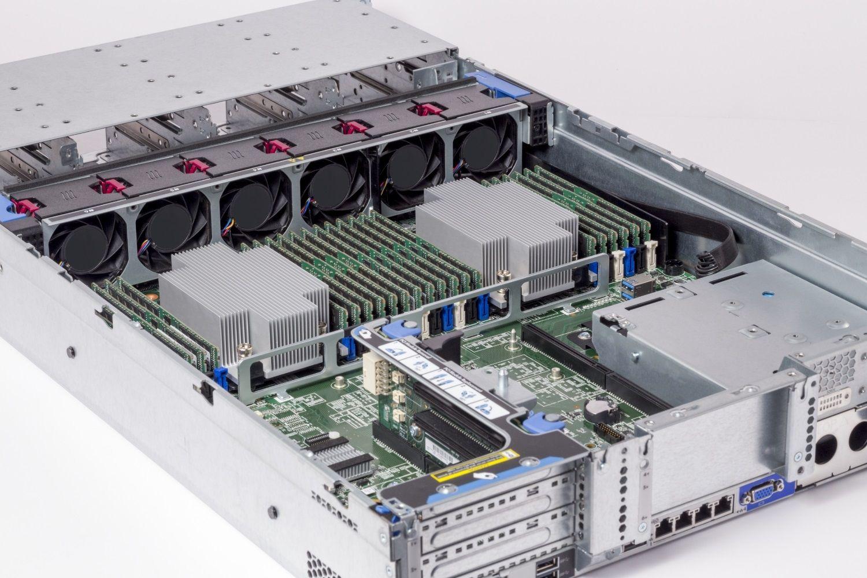 Módulos de memoria RAM Crucial instalados en un servidor