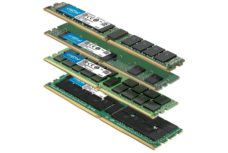 Una pila de distintos módulos de RAM Crucial con distintos factores de forma