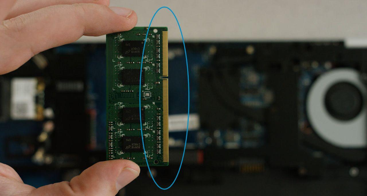 Evite los pines dorados o los componentes del módulo de memoria cuando instale la memoria.