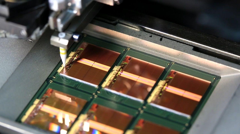 Los alambres de oro conectan las almohadillas de unión en los chips a los bastidores como parte del proceso de producción de memorias