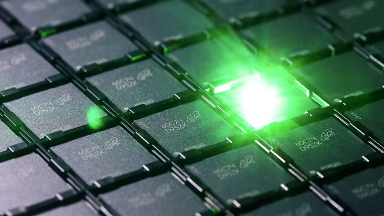 Un láser graba un código de identificación en cada chip de memoria durante el proceso de producción de las memorias