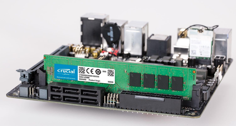 Un módulo de memoria Crucial y una motherboard.