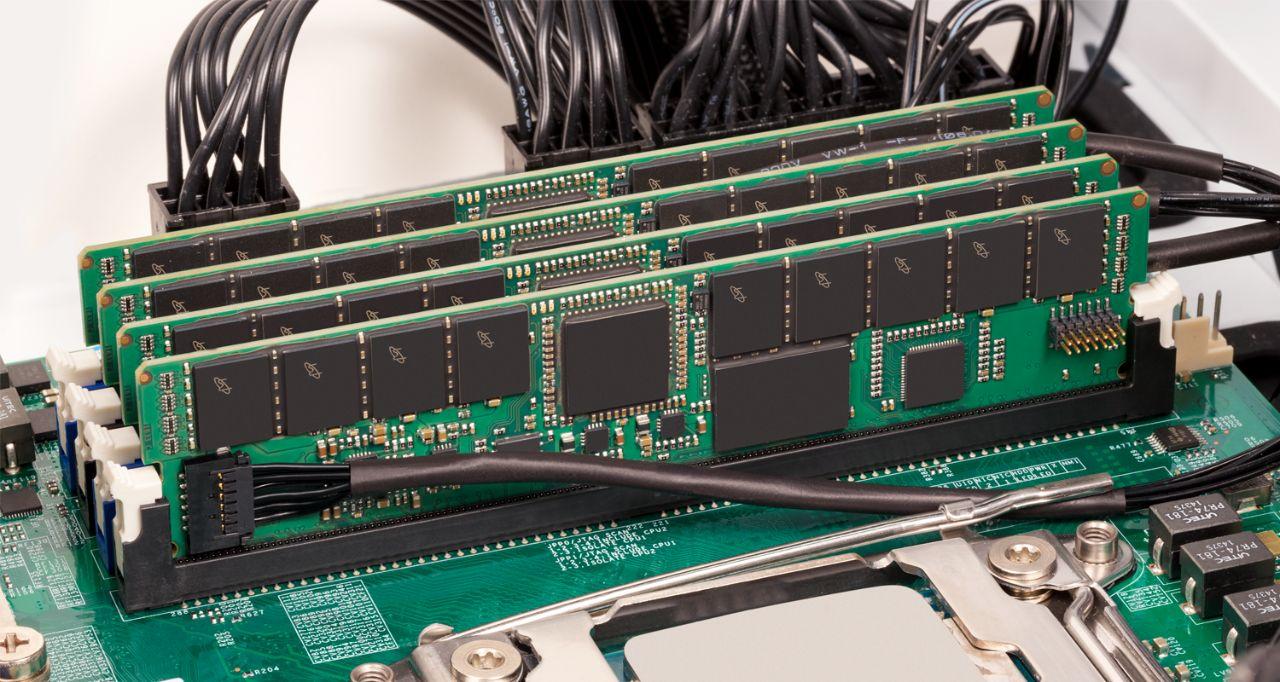 Memoria RAM de servidor Crucial.
