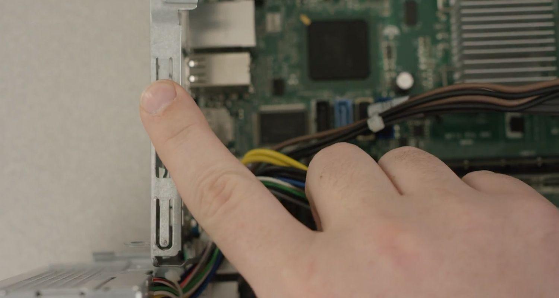 Toque con el dedo la superficie de metal sin pintar en el interior de la PC de escritorio para descargar la carga estática