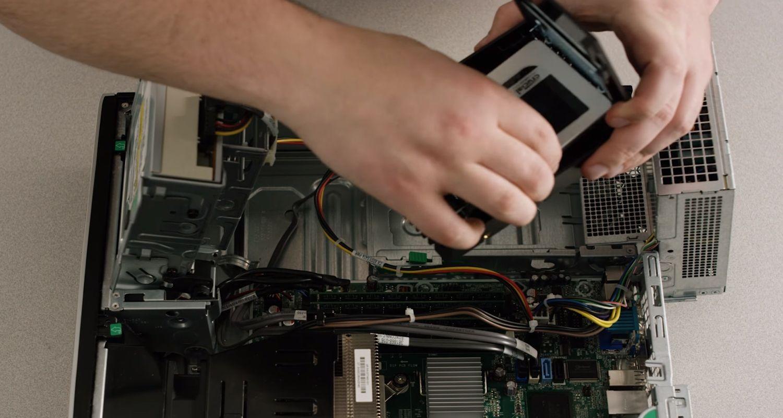 SSD siendo conectada a una PC de escritorio