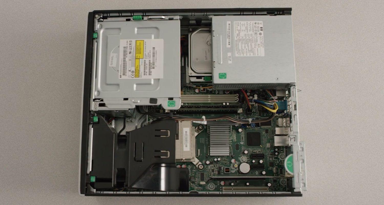 Interior de una PC de escritorio con la carcasa quitada