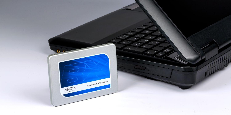 Una unidad SSD Crucial y una computadora portátil.