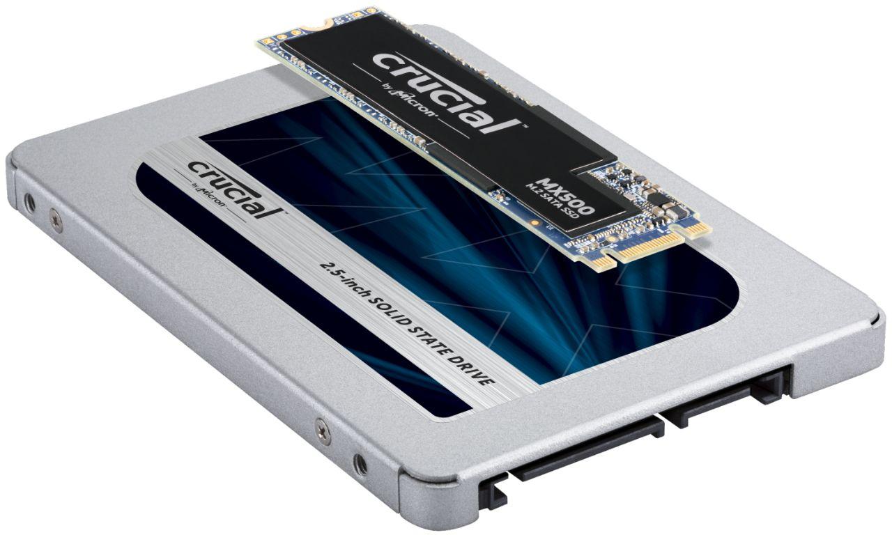 Dos módulos de memoria RAM Crucial uno sobre otro para indicar la diferencia potencial en forma y tamaño de los módulos SSD