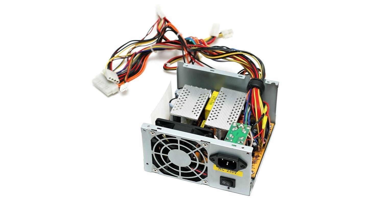 El suministro de energía de una computadora, aislado con un fondo blanco