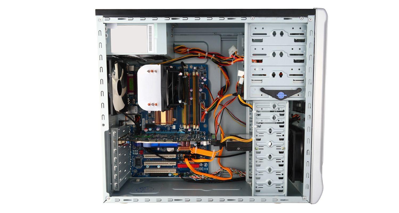 Computadora con lateral quitado de la carcasa que muestra los componentes internos