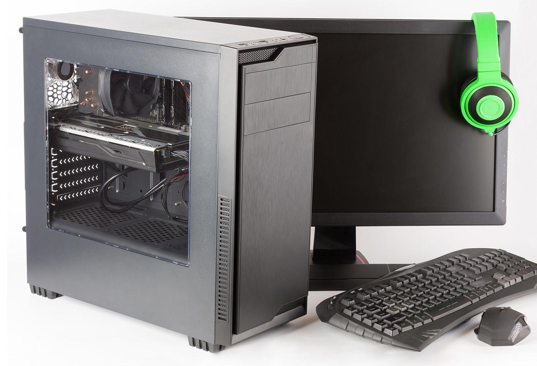 Computadora de juego con el monitor, el teclado, el mouse de juego y los auriculares