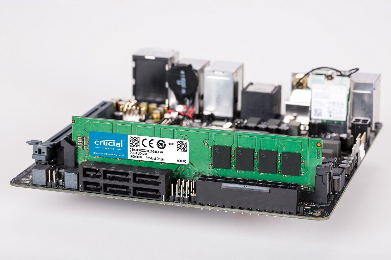 Un módulo de memoria RAM UDIMM DDR4 Crucial colocado en una motherboard de PC