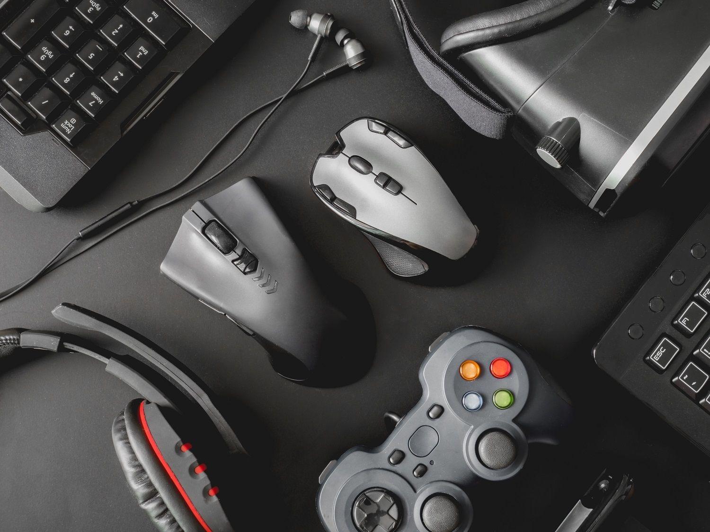 Los periféricos de una configuración de PC de juego incluyen un mouse, un teclado, auriculares de juego, controladores de juego y un casco de realidad virtual