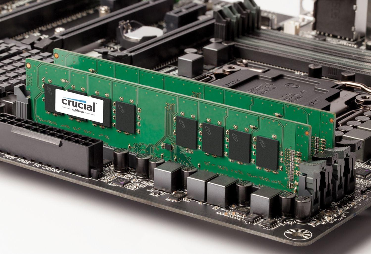 Un módulo de memoria RAM Crucial en una motherboard de computadora abierta para indicar como actualizar la memoria en una computadora antigua