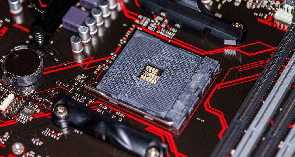 Un acercamiento a una CPU y a una motherboard.