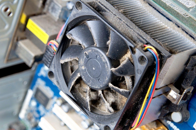 Un ventilador de computadora sucio y polvoriento