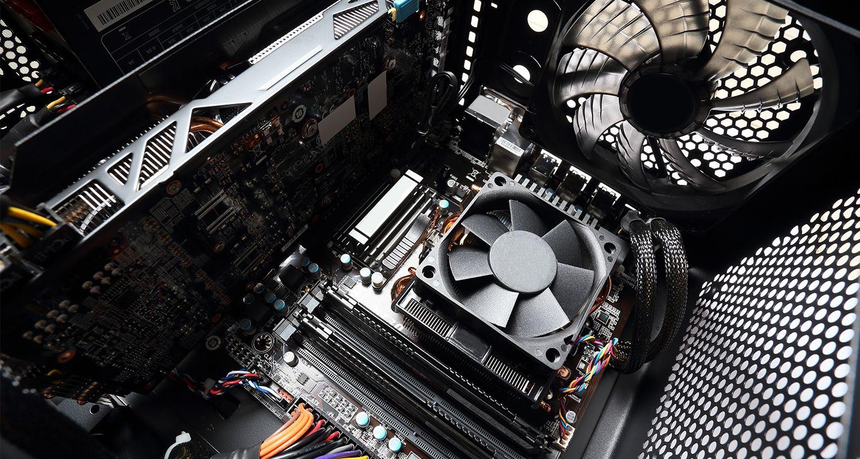 El interior de una computadora, incluido el ventilador.