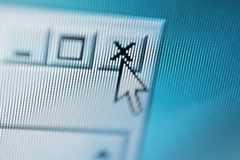 Primer plano de una pantalla de computadora donde el cursor del mouse está cerrando una ventana emergente sospechosa