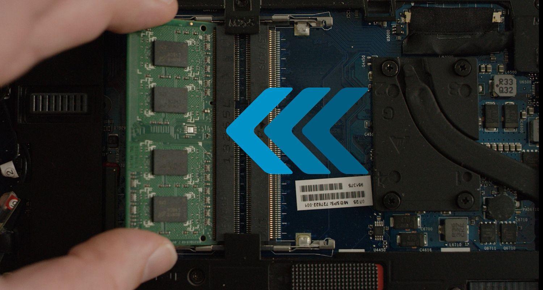Una persona instala el módulo RAM Crucial en una computadora portátil