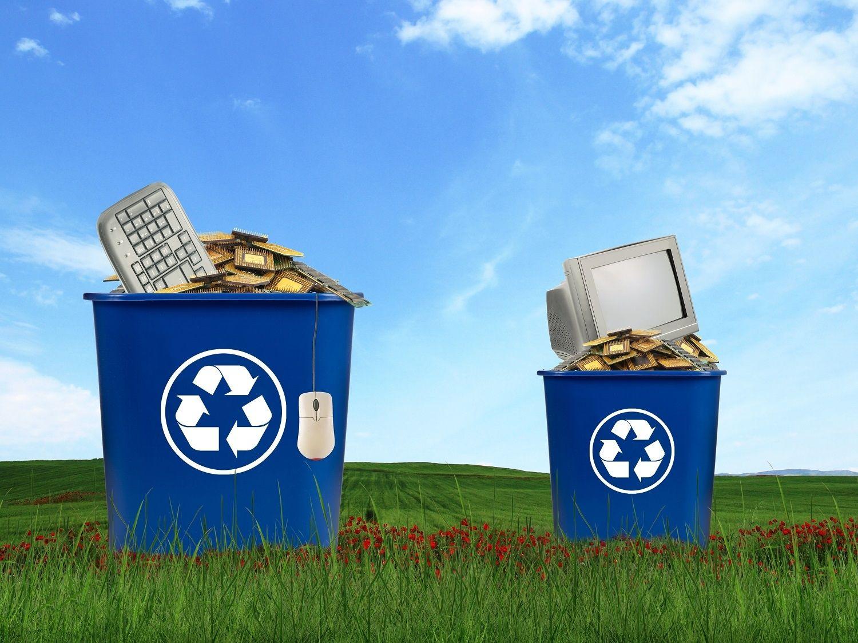 Componentes de la computadora, incluidos el monitor, el mouse, el teclado y la CPU, deben desecharse en un contenedor de reciclaje