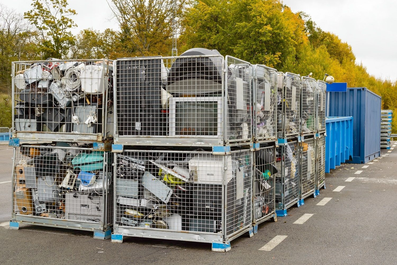 Desperdicio electrónico, incluidas computadoras, se tiran en contenedores de reciclaje