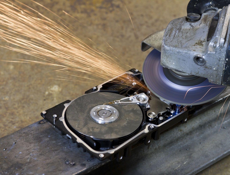Una unidad de disco duro se destruye mediante una sierra o triturador electrónicos
