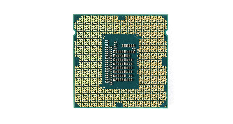 La unidad central de procesamiento (CPU) aislada en un fondo blanco