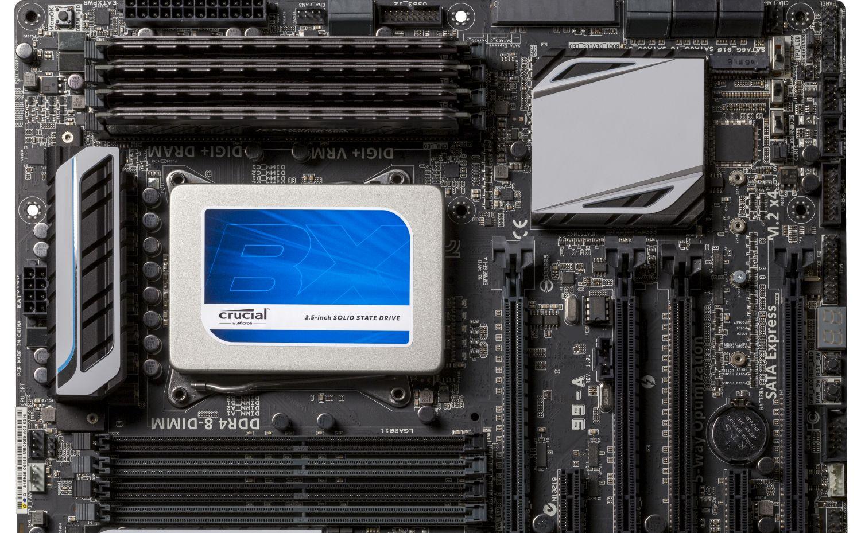 Una unidad de estado sólido (SSD) Crucial que se instaló en una computadora